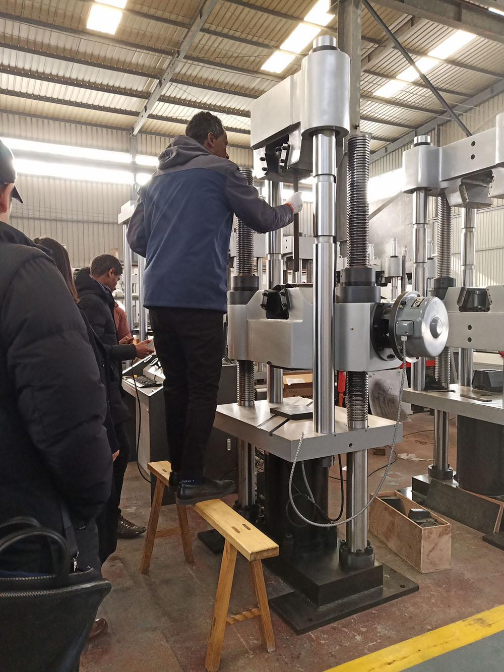 印尼客户到济南辰达工厂考察订购试验机设备